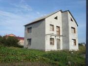 Продам 2-х поверховий цегляний будинок в незакінченому стані.